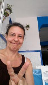 ein Selfie mit verschmitztem Grinser und Victory-Zeichen