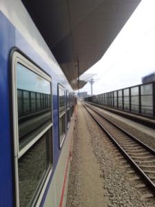 das Foto wird aus dem Zug fotografiert mit Blick auf das Nebengeleis in Fahrtrichtung
