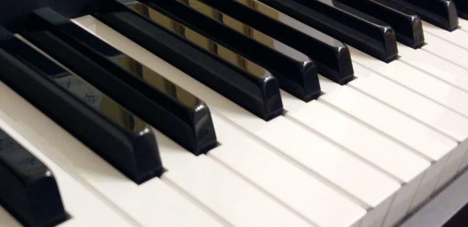 Tastatur eines Klaviers, schräg von der Seite