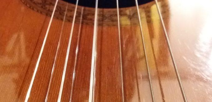 der Blick auf die Gitarrensaiten in Großaufnahme