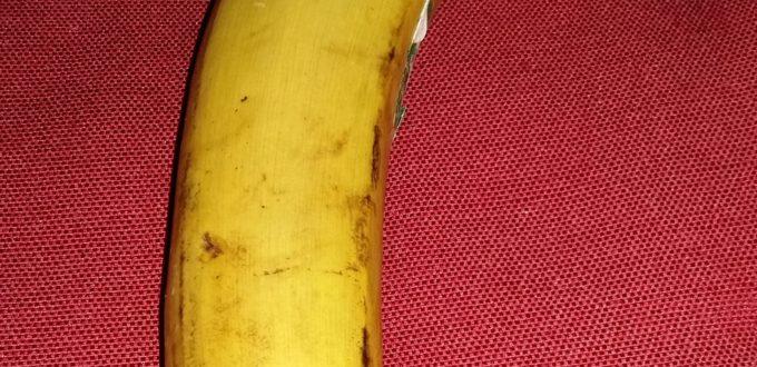 eine Banane auf rotem Grund