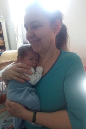 ich halte fürsorglich einen Neugeborenen, der sogar die Augen offen hat