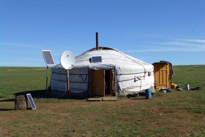 eine Jurte, ein Zelt, welches an ein Zirkuszelt erinnert, jedoch ohne Schnickschnack