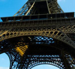 Eiffelturm schräg von unten