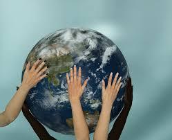 Hände halten einen großen Globus