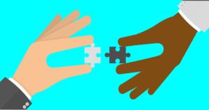 zwei gezeichnete Hände halten zwei passende Puzzle-Teile nahe aneinander, farbenfroh-türkiser Hintergrund