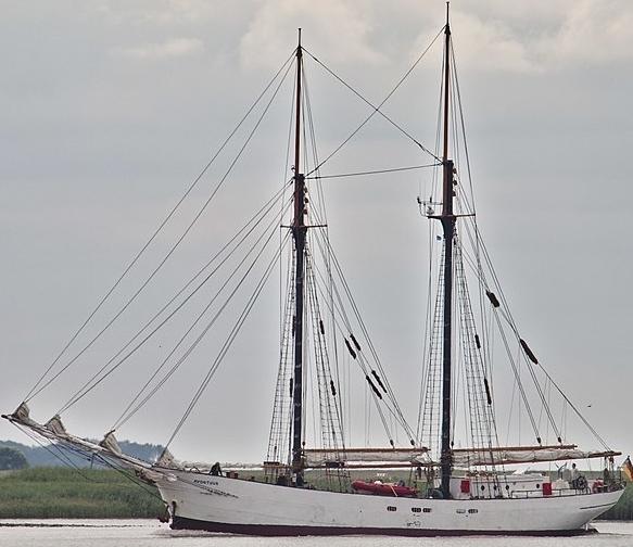 ein Zweimaster Segelschiff