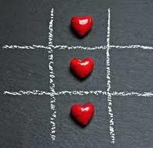 mit Kreide gezeichnetes Raster mit drei roten Herzen drinnen
