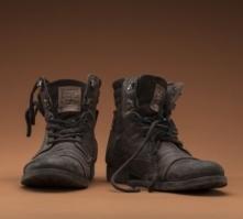 zwei abgetragene Schuhe