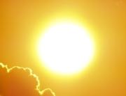 eine gleißende Sonne mit Wolken