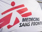das Logo von Ärzte ohne Grenzen ist ein rot schraffiertes und damit umrahmtes Maxerl, welches zu eilen scheint, mit dem Schriftzug am Fuße: Medecins Sans Frontieres