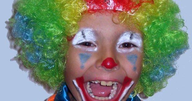 ein gross grinsender circa 8-jähriger Bub als bunter Colwn verkleidet