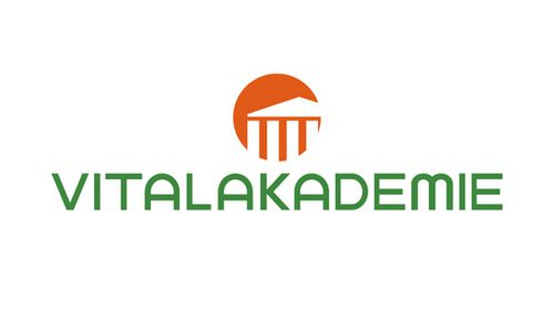 das Logo der Vitalakademie hat über der grünen Schrift in Blockbuchstaben ein oranges rundes Icon, in welchem Teile der Säulenhalle einer alten griechischen Akademie dargestellt sind