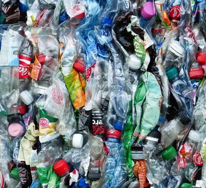 viele gepresste Plastikflaschen zusammengepresst angeordnet, fast wie ein buntes Bild