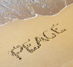 PEACE am Strand in den Sand geschrieben
