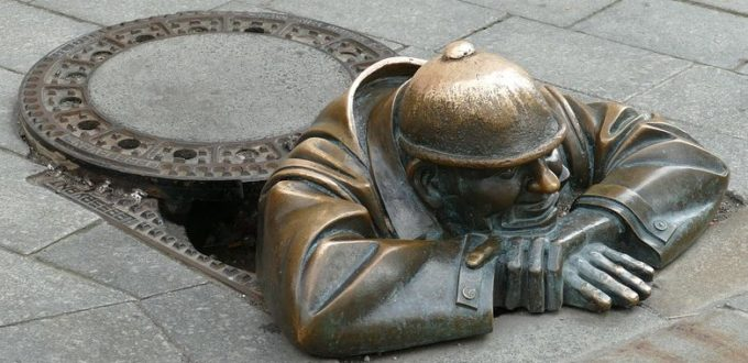 Kunstfigur schaut aus Kanal, aus Bratislava
