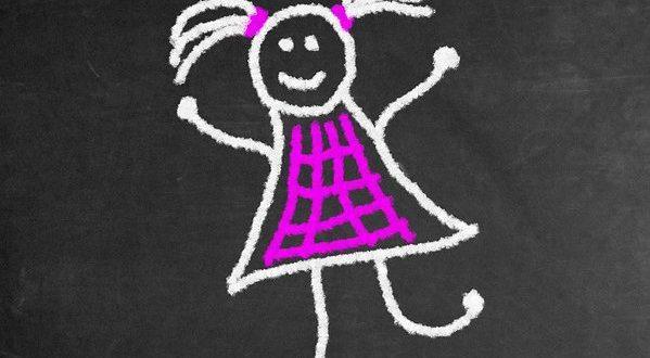 ein Strichmanderl mit Zöpfen und Kleid, drüber steht mit lila Schrift Happy und drunter Birthday