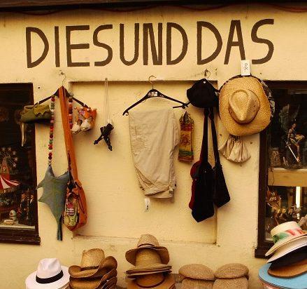 Ein Touristenladen von aussen, mit Strohhüten davor und der Aufschrift Dies und Das
