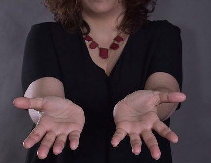 eine Frau hält ihre offenen Hände in die Kamera
