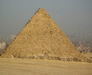 Pyramide von Gizeh mit Kairo im Hintergrund
