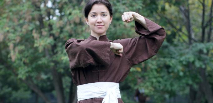 Shinergy Freedom Fighters: eine lächelnde Frau schaut in Taekwondo-Kampfstellung in die Kamera