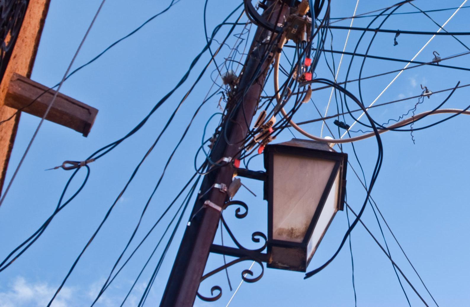 Die Knoop-App hilft Energie-Sparen: eine Laterne an einem Masten, von dem tausend Kabel weggehen
