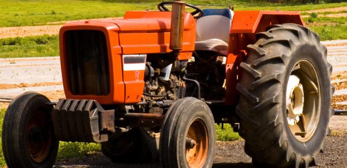ein roter Traktor steht auf einem Feld