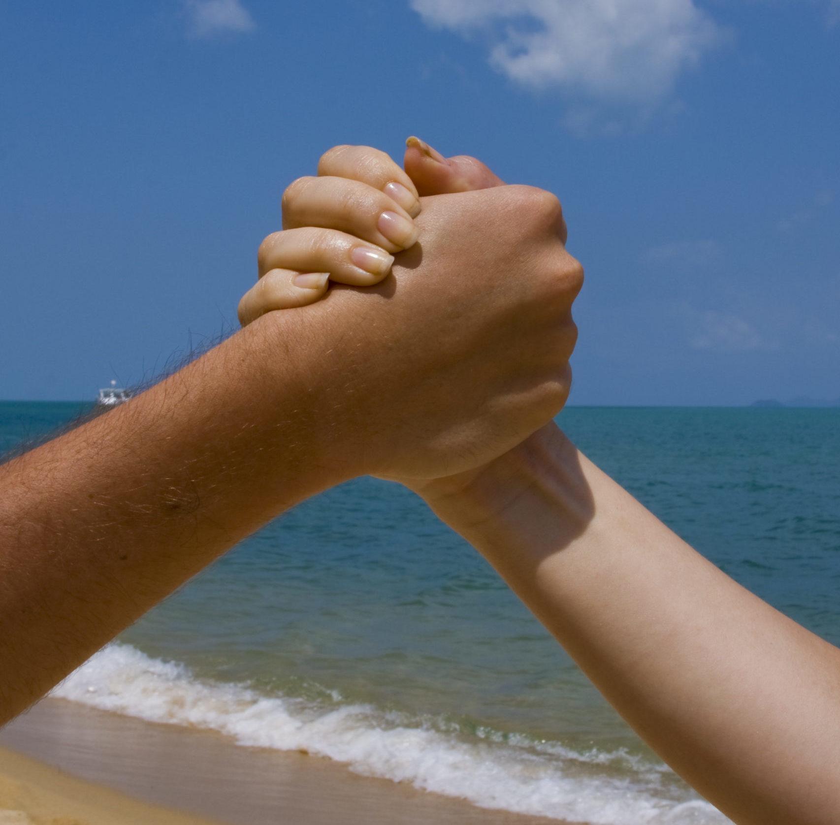 Wir-sind-ein-Team Handhaltung zweier Menschen