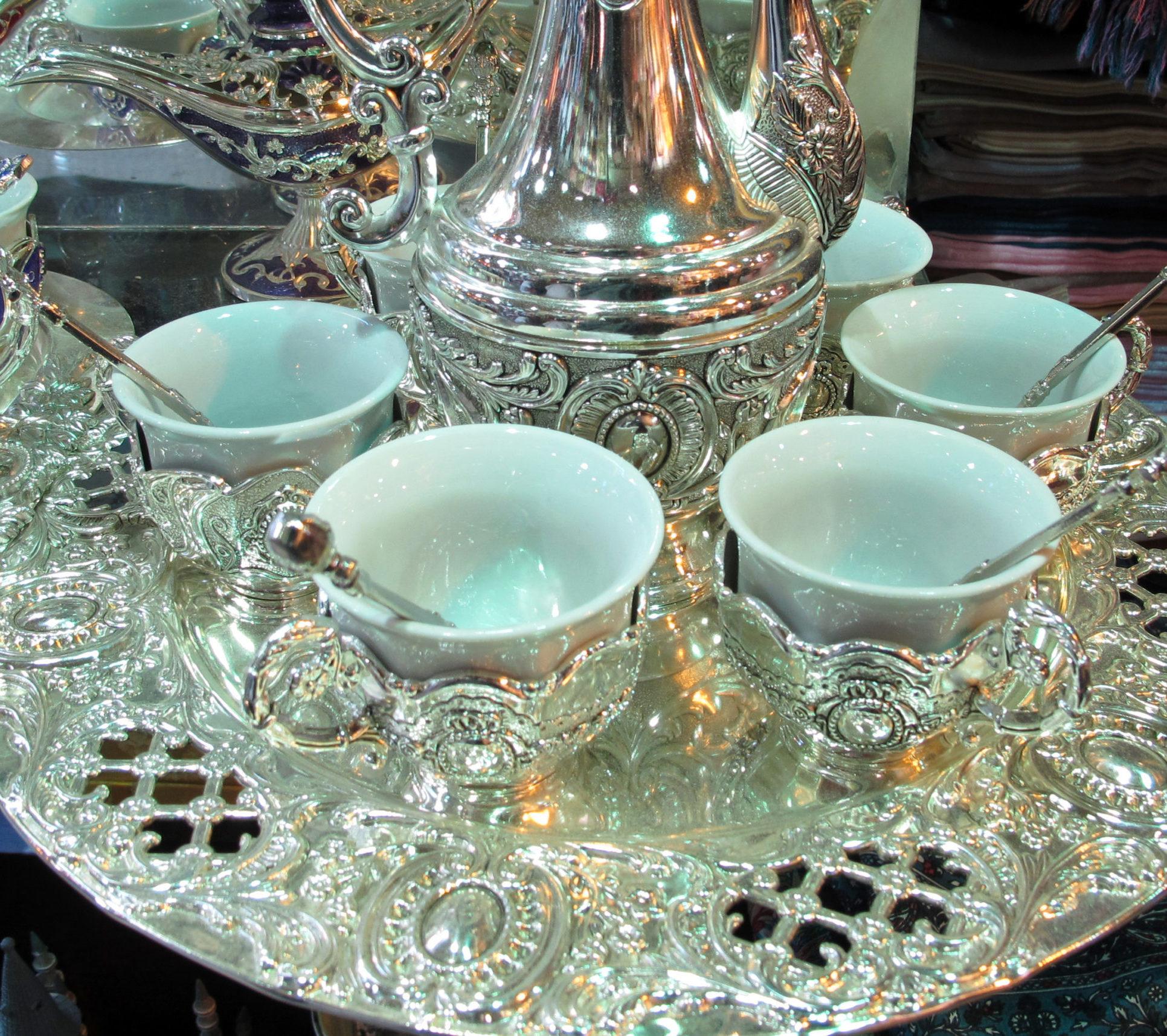 orientalisches Teeservice mit silberner Teekanne