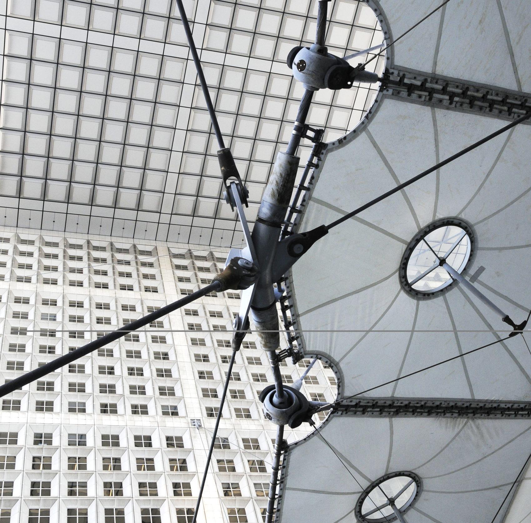 abstrakte bauliche Konturen in grauweiss, zum Begriff Architektur