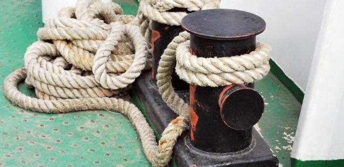 Schiffstaue oder Seile typisch aufgewickelt, wie nur auf einem Schiff üblich