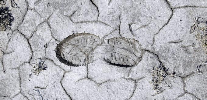 der Fussabdruck eines Laufschuhs in einem Wüstenboden, Grossaufnahme