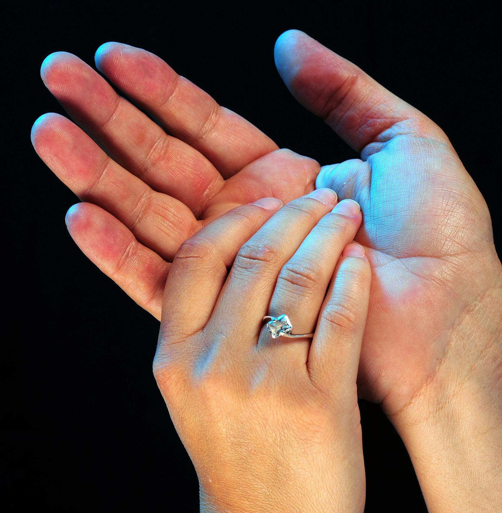 zwei Hände zweier Menschen halten sich