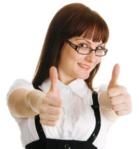 eine typische Sekretärin mit Brille hält verschmitzt lächeln beide Daumen hochd