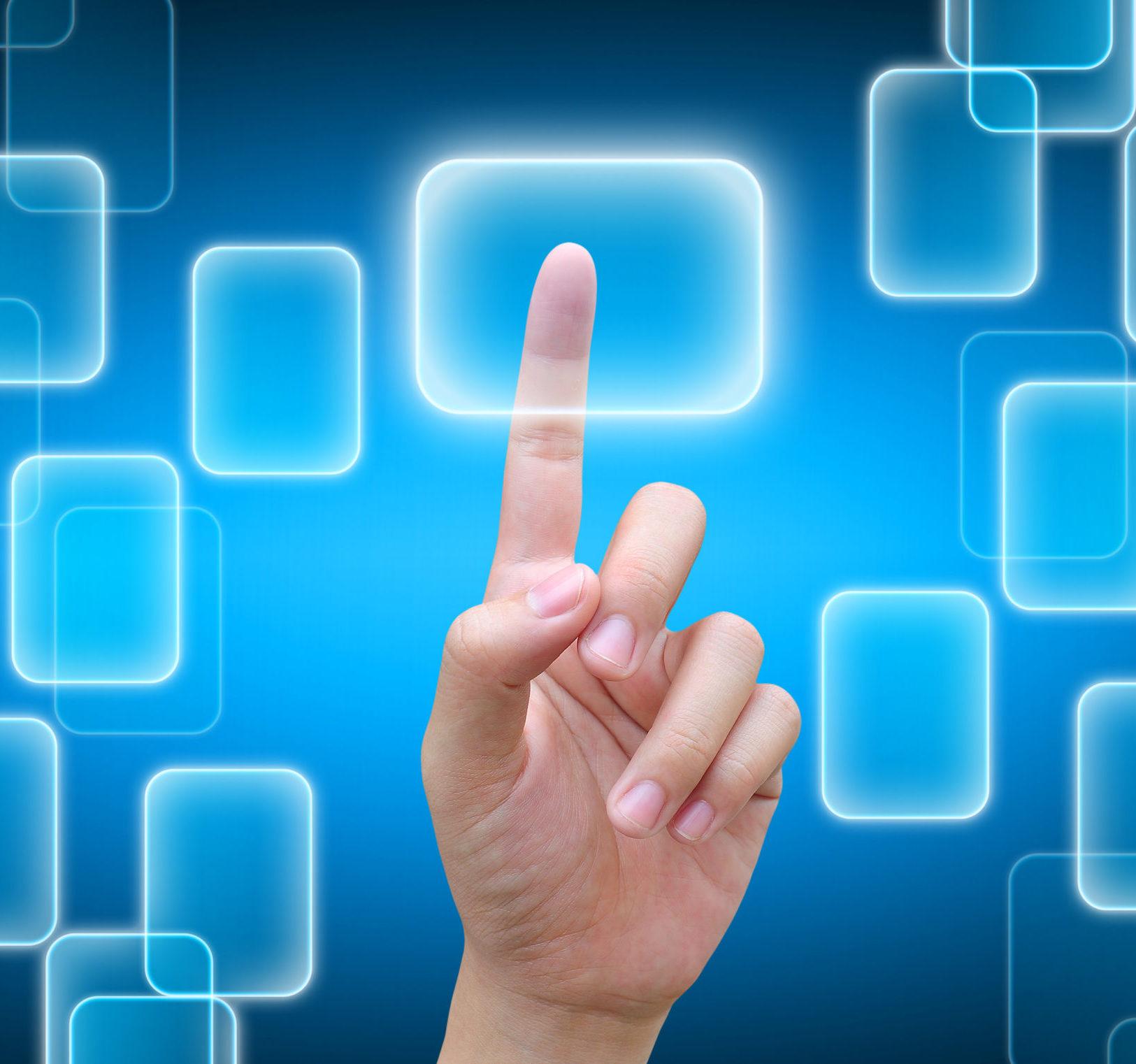 man sieht eine Hand die einen Touchscreen Interface Button drückt, blauer Hintergrund