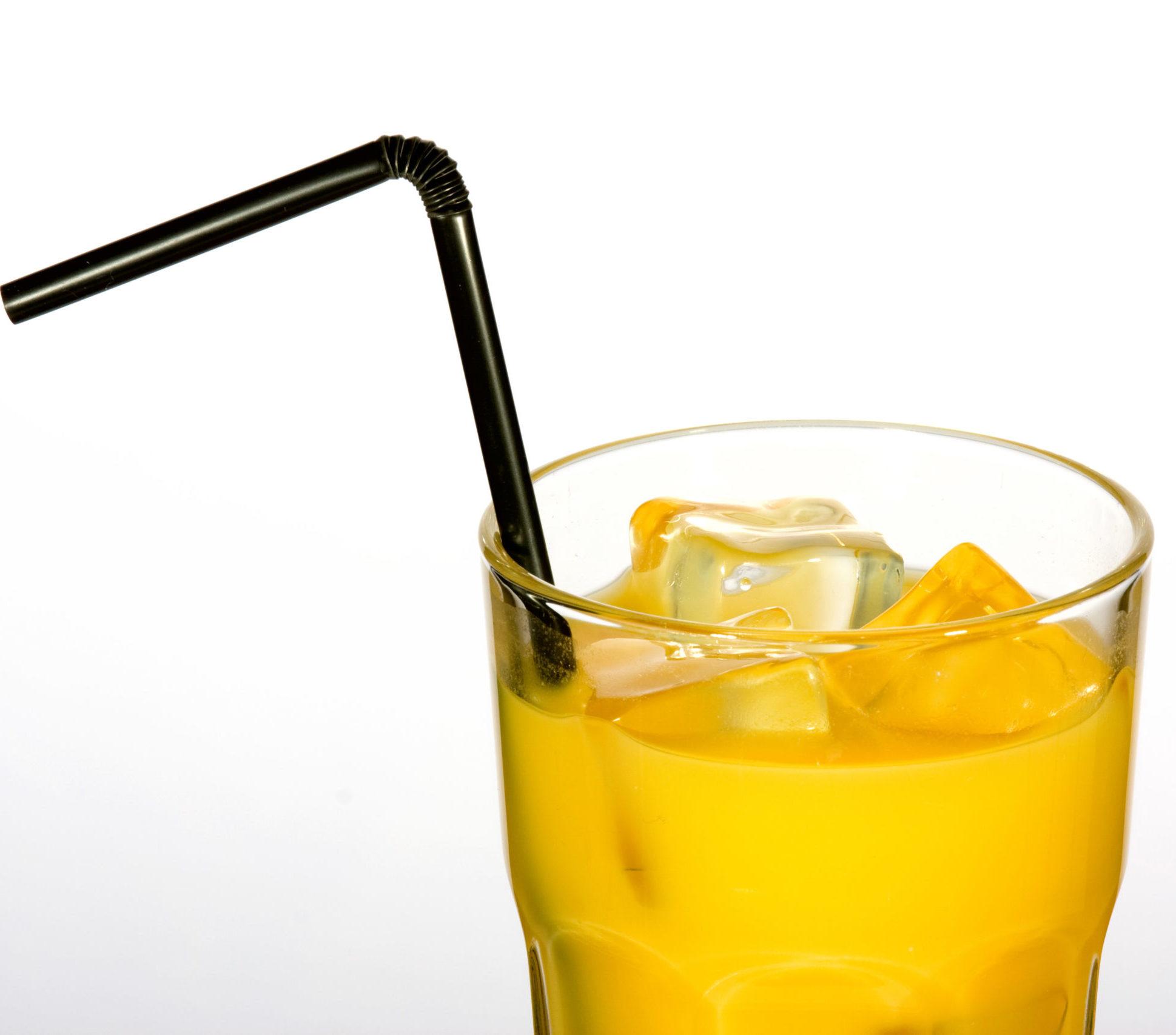 Trinkhalm in einem Getränk mit viel Eis