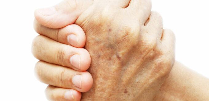 zwei Hände umfassen sich im Gruß der Solidarität, ohne Hintergrund, in Groß